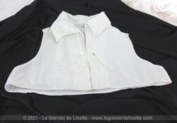 Voici un ancien faux-col guimpe avec emmanchures en coton blanc côtelé, idéal pour jeune fille ou petite carrure.