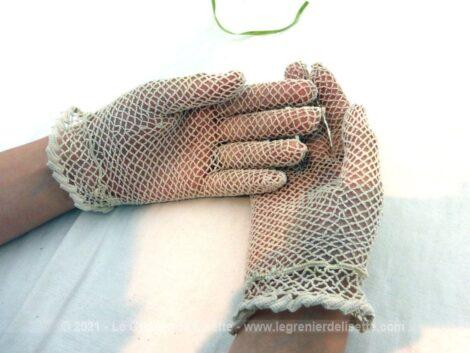 Superbes gants au crochet fait main dans un fil écru et habillés sur le dessus par des lignes de volutes en relief et poignet décoré. Taille 6.5, pour mains fines.