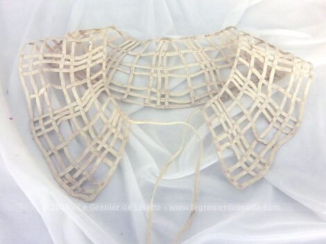 Voici un ancien col en dentelle au ruban couleur ivoire composé d'un simple et grand quadrillage en dentelle au ruban. Pièce unique.
