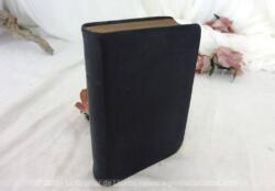 """Datée de 1892, voici le livre """"La Sainte Bible de l'Ancien Testament et le Nouveau Testament"""" avec reliure cuir sur 842 pages plus cartes géographiques."""