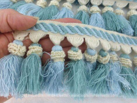 Sur plus de 10 mètres 50, voici un ruban ou galon de 8 cm de large avec ses pompons de deux tons de couleurs bleus. Vraiment tendance shabby.