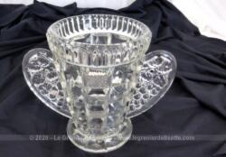 En verre moulé, voici un vase en verre lourd bien ouvragé avec des deux cotés des anses en forme d'ailes.