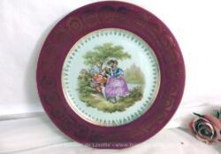 Superbe assiette décorative de 24 cm de diamètre en porcelaine de Limoges signée représentant un dessin signé Fragonard et rehaussé à la main.