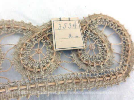 Voici une ancienne incrustation de couleur bistre en forme de col et réalisée avec une superbe dentelle lacet. Neuve, elle porte encore son étiquette. Idéal pour des créations vintages et rétro.