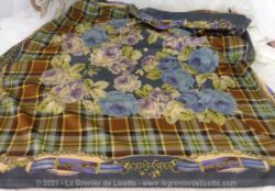 Foulard vintage soie synthétique, de 86 x 90 cm sur fond gris et volutes on découvre au centre des roses beiges et mauves.