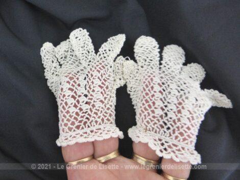 Voici une très petite paire de gants blancs réalisé au crochet pour cérémonie de bébé. Très vintage !