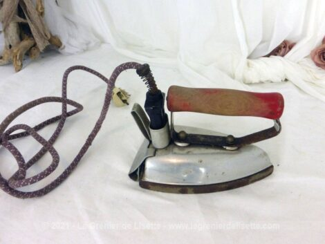 Ancien fer électrique des années 50, marque Thomson, pour une décoration vraiment vintage. Pas d'utilisation.