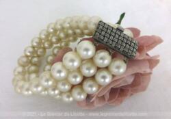 Superbe bracelet composé de trois rangs de fausses perles et d'un large fermoir en métal avec un motif de maillage.