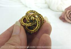 Pour revers de veste ou foulard, voici une superbe et originale broche vintage en plaquée or représentant 4 anneaux entrelacés surmontés d'une perle centrale.