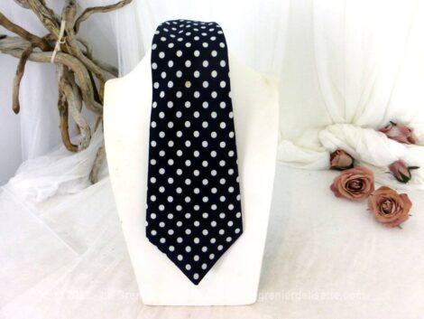 Voici une ancienne cravate vintage marine à pois blanc, de la marque Marquis et 100% polyester. Pour homme ou femme !