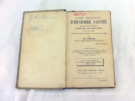 """A l'attention des jeunes enfants, voici un livre datant de 1914 portant le titre de """"Livre L'Année Préparatoire d'Histoire Sainte"""" avec 112 gravures et 5 cartes."""