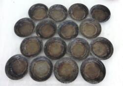Voici un lot de 16 anciens moules petits-fours forme tartelettes qui attendent de reprendre vie dans une cuisine ou revisités en décoration tendance shabby