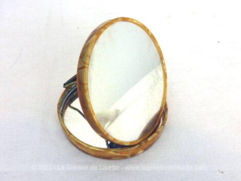 Voici un miroir vintage, double face avec miroir normal et miroir grossissant à poser, le tout dans une boite façon poudrier.