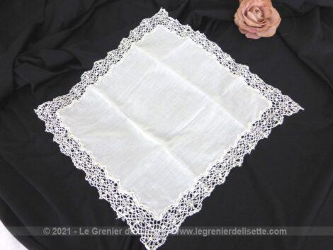 Voici un ancien mouchoir de mariée en belle et légère batiste en emplacement central et tout le contour en belle dentelle aux fuseaux fait main.