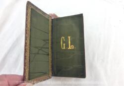 """En cuir fauve, voici un ancien petit missel """"l'Imitation de Jésus Christ"""" avec à l'intérieur les monogrammes GL de couleur or."""