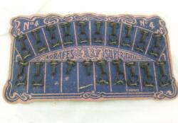 """Ancienne planche carton mauve et rose d'agrafes """"BBF, Agrafes Supérieures""""avec ses agrafes cousues sur le carton. Parfaite dans un cabinet de curiosité vintage !"""