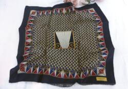 Superbe pochette en soie pour homme de la marque Lanvin Paris, sur 37 x 37 cm. Top vintage !
