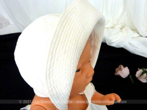 Entièrement fait main, voici un adorable et ancien petit béguin en coton piqué doublé avec un large bord. Prévu pour bébé, poupée ou baigneur.