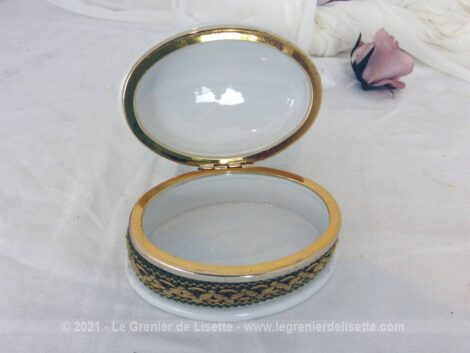 Adorable petite bonbonnière en céramique, habillée de tissus, galon et pompon de la marque Louis et Modèle exclusif.