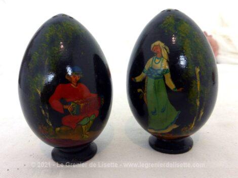 Voici un duo d'œufs en bois peints en noir avec de belles décorations à l'ancienne. Une danseuse sur l'un et un accordéoniste sur l'autre !