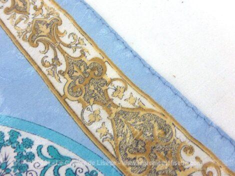 Sur 85 x 90 cm, voici un superbe foulard vintage soyeux aux tons pastels avec pour motif central le dessin d'un abécédaire.