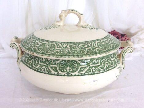 Voici un ancienne et soupière soupière verte en faïence de Creil et Montereau, service Henri II, aux beaux dessins volutes et arabesques.